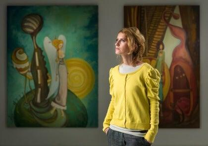 Nainen katselee taideteoksia