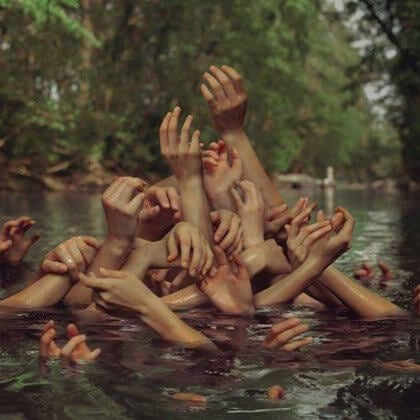 Kädet kurkottavat ylös vedestä