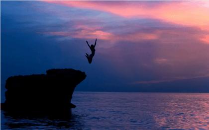 Nainen hyppää veteen