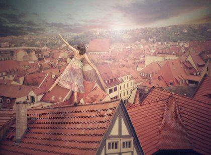 Tyttö kävelee katolla
