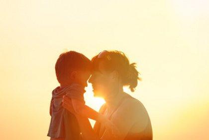 Lapsi ja äiti auringonlaskussa