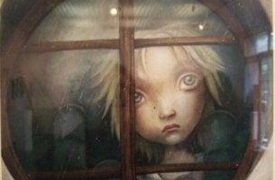 Tyttö katsoo ikkunan läpi