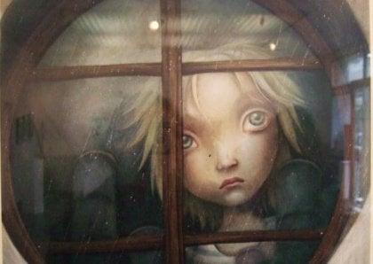 Tyttö katselee ikkunan läpi ulos