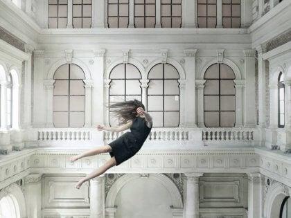 Nainen leijuu ilmassa