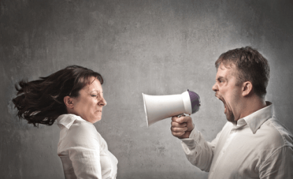 Mies huutaa naiselle