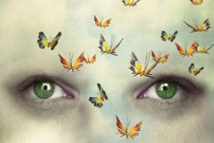 Perhoset ahdistuneen ihmisen kasvoilla