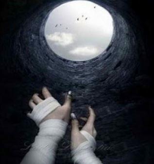 Kädet kurkottavat kaivosta