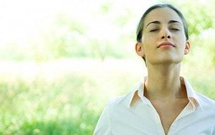 Nainen hengittää syvään