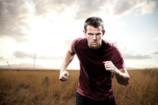 Mies juoksee ja tahdonvoima auttaa