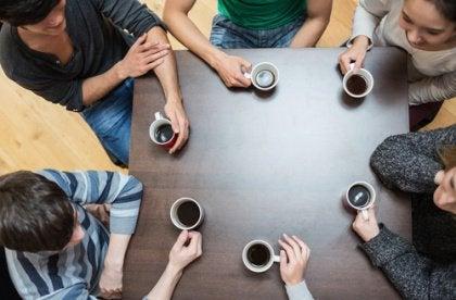 Ystävät kahvilla sosiaaliset taidot