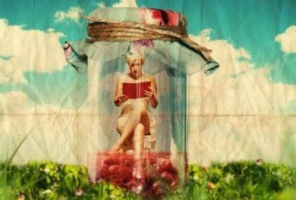 Nainen lukee kirjaa lasipurkin sisässä