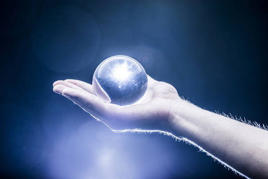 Kristallipallo kädessä