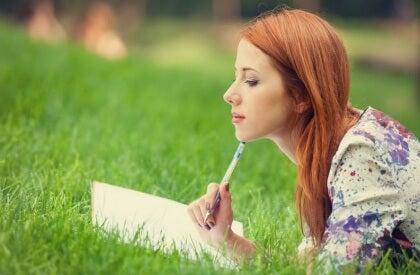 Tyttö opiskelee ja saavuttaa tavoitteet