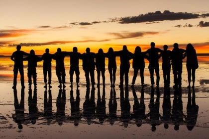 Rivi ihmisiä rannalla