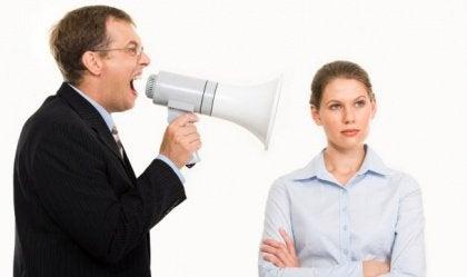 Mies huutaa vihaisesti naiselle