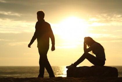 Mies kävelee naisen luota pois