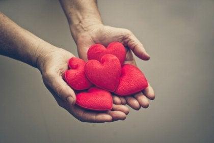 Kädet täynnä sydämiä