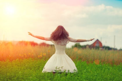 Onnellinen nainen luonnossa