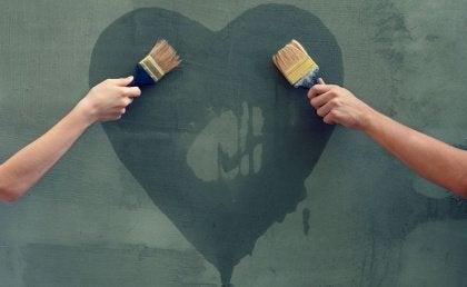 Pari maalaamassa sydäntä