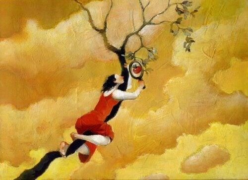 Nainen kiipeää puuhun vastarinnasta huolimatta