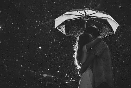 Pari halaa sateenvarjon alla