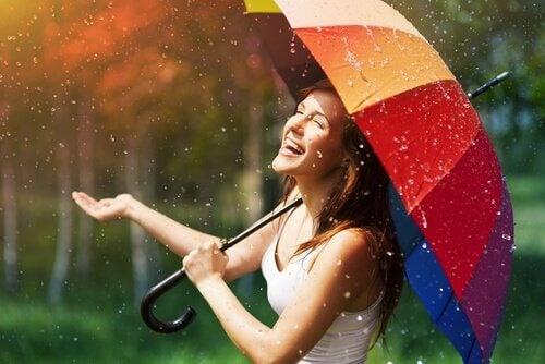 Nainen on iloinen kun sataa