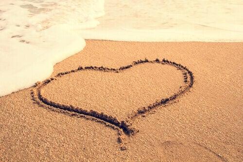 Hiekkaan piirretty sydän
