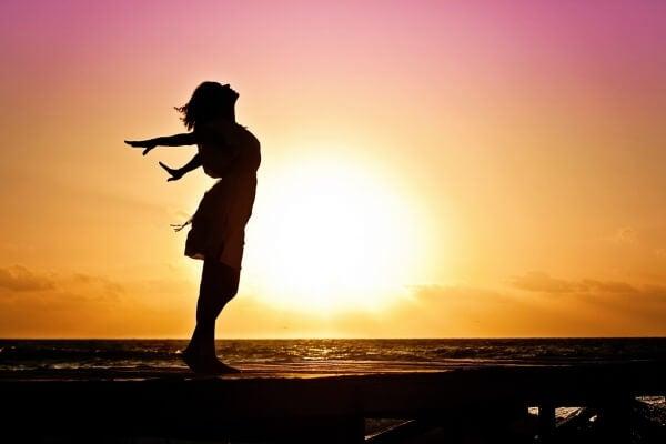 Vapaus ja nainen rannalla