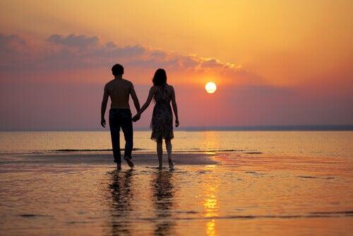 Rakkauden näyttäminen pari rannalla