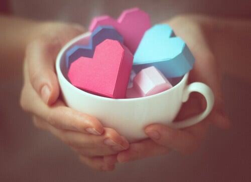 Rakkauden näyttäminen kuppi täynnä sydämiä
