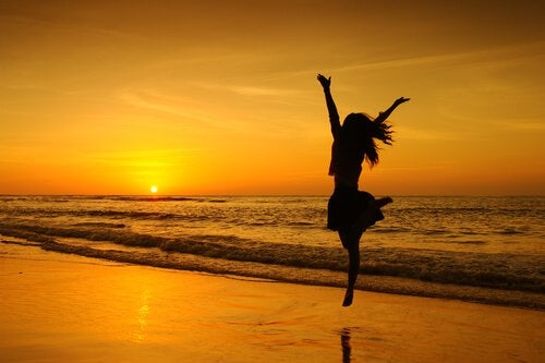 Sinkku hyppelee rannalla