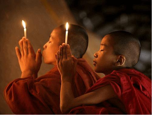 Buddhalaisten opit munkit rukoilevat