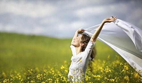 Onnellinen nainen niityllä