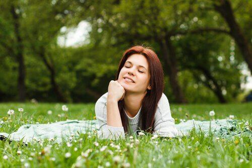 Tyytyväinen nainen puistossa