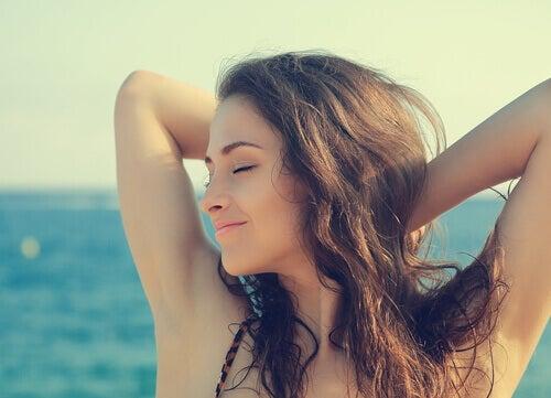 Onnellinen nainen rannalla