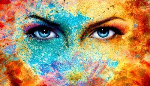 Naisen värikkäät kasvot