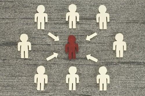 Ihminen muiden keskellä