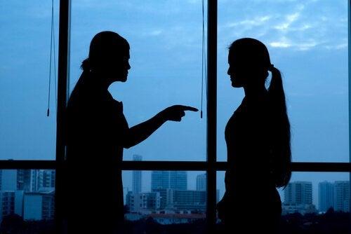Nainen antaa vastuun toiselle naiselle