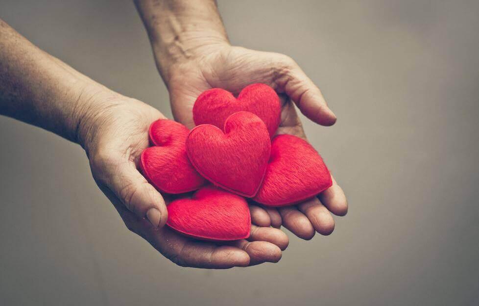 Kädet täynnä sydämiä ja kiitollisuutta
