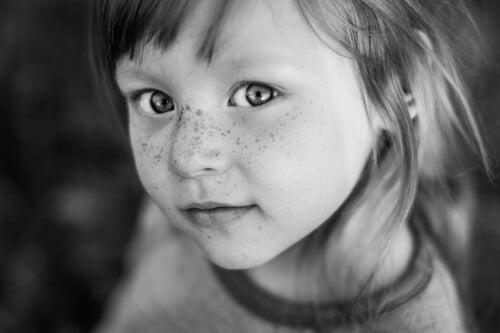 Pieni hymyilevä tyttö