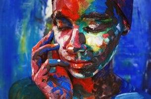 Värikäs nainen miettii silmät kiinni