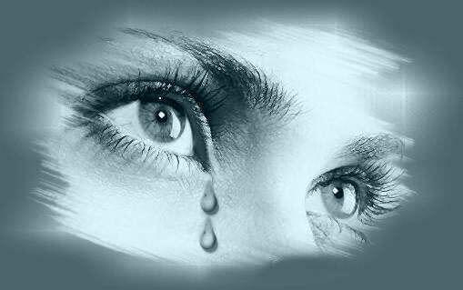 Surullinen nainen itkee