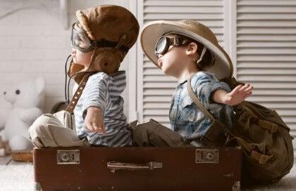 Lapset leikkivät lentokonetta