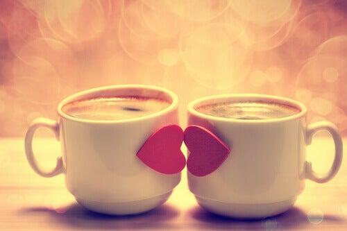 Kahvikupit suutelevat