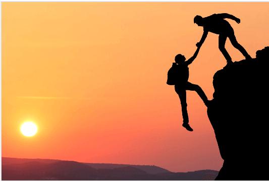 Naisen luottamus mieheen vuorikiipeilyssä