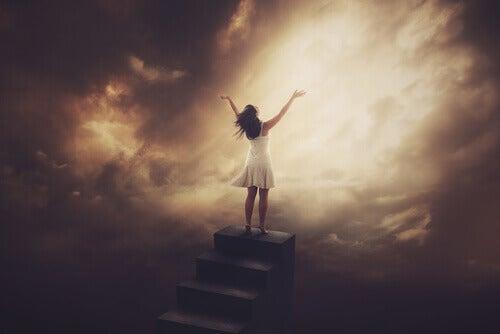Nainen huutelee taivaalle