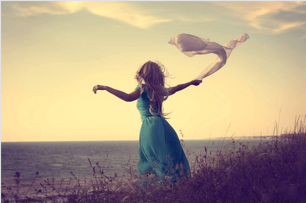 Nainen tuulessa rannalla
