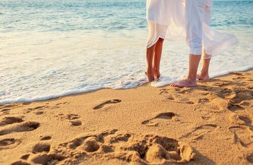 Vietteleminen naisen ja miehen välillä rannalla