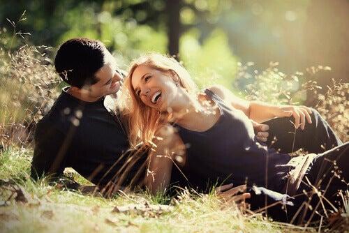 Vietteleminen naisen ja miehen välillä luonnossa
