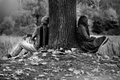 Pariskunta riitelee ja istuu erillään